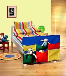 Organizer auf dem<br> Bett für ein Kind<br>im Zimmer